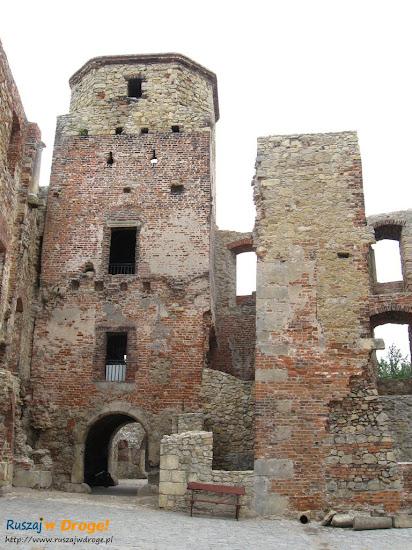 wejście do zamku Siewierz i barbakan