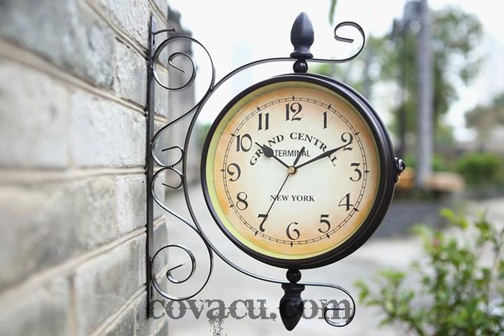 Tiện dụng với đồng hồ treo tường hai mặt