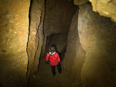 Avançant per l'interior de la cova