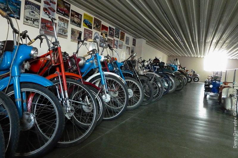 Огромное множество старых велосипедов и мотоциклов от клуба Фаэтон Запорожье