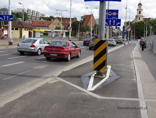 A tak oznakowuje się słup na drodze dla rowerów. W Łodzi takie malowanie jest niespotykane.