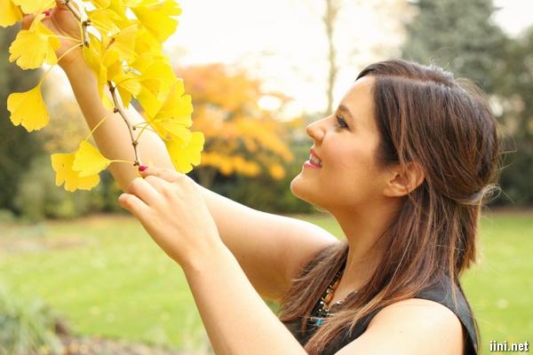 ảnh cô gái xinh đẹp cười tươi khi mùa thu đến