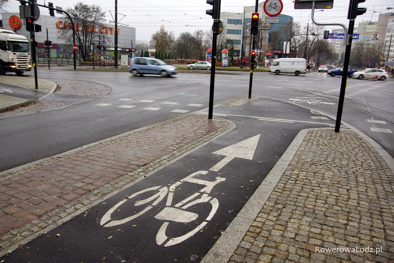 Wizyta w Toruniu w listopadzie 2014 była okazją do zobaczenia najnowszych realizacji rowerowych w tym mieście. Ale na filmie widać także strefy uspokojonego ruchu utworzone już dobrych kilka lat temu