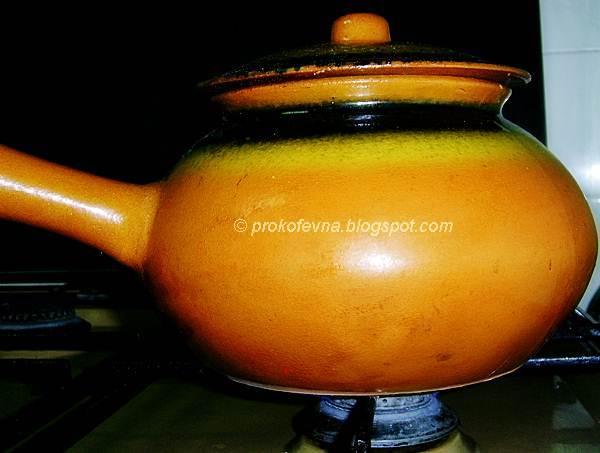 глиняный горшок на огне