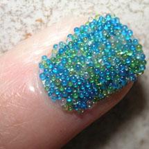 Unhas com bolinhas acrílicas azul transparentes