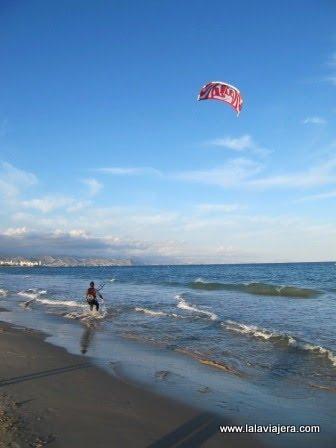Practicando Kitesurf en la Playa de Muchavista de El Campello