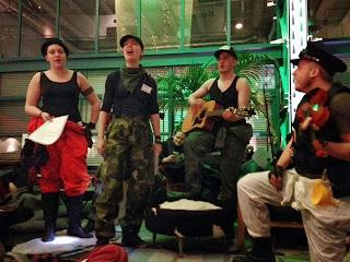 Fyra musiker, två män, två kvinnor, utklädda till Grävare sjunger på scen.