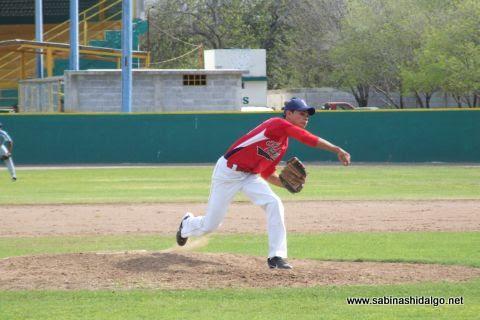 César Leza de Mineros de Vallecillo en el beisbol municipal