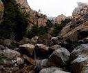 La cascade descendue sur des blocs détrempés dans le ravin en V (photo Olivier Hespel)