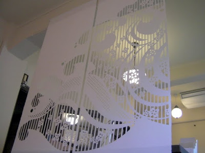 大判和紙のタペストリー「坤柄紙(こんがらし)」の作品名「浪櫻」の一部。懐紙を企画販売する京都の会社ショールームの空間演出