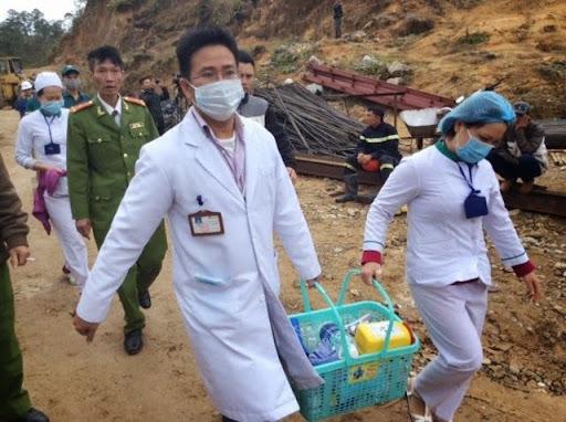 Lực lượng y tế tham gia cứu hộ.