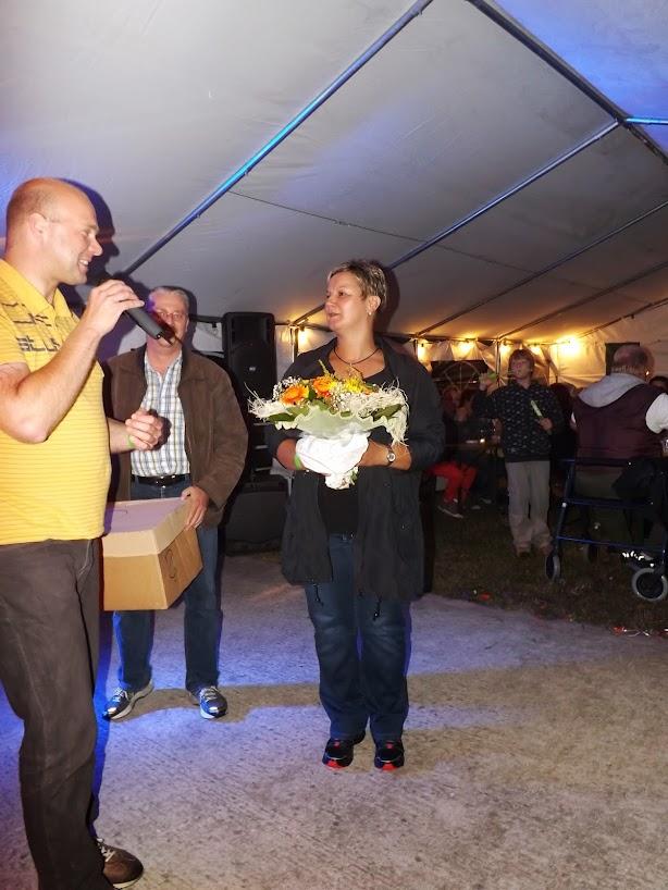 Blumen & ein Dankeschön vom Bürgermeister & seinem Stellverteter für die Parkfestorganisatorin (Bild: F.M.)