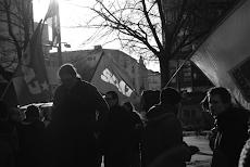 Jugendliche mit SDAJ-Fahne.