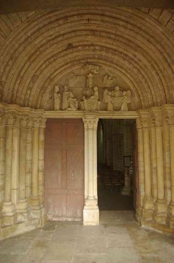 Le portail ouest de l'église de Pontaubert