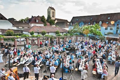 Gutedelpreisverleihung auf dem Neuenburger Marktplatz.