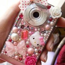 Câmera personalizada com pedrinhas, laço e Hello Kitty