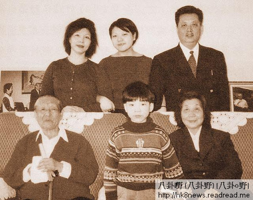 習仲勛(前排左)與妻子齊心(前排右)晚年在深圳靜養期間,與二女兒一家合照。後排左起︰女兒習安安、外孫女吳曉、女婿吳龍。前排中為外孫吳拉非。(網上圖片)