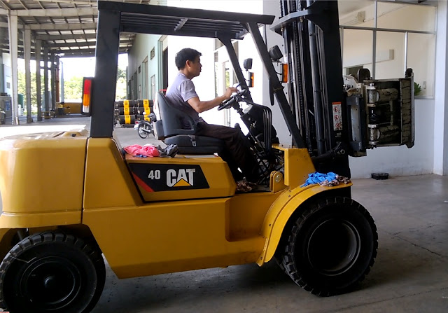 Xe nâng CAT kẹp giấy cuộn