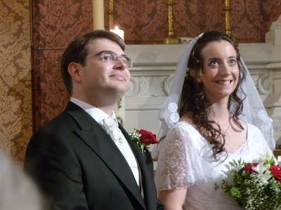 Jessica und Philipp lauschen dem Eingangs-Solo bei ihrer Hochzeit