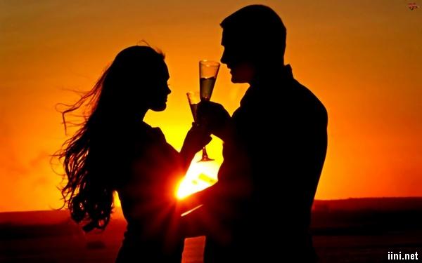 ảnh cụng ly trước biển thật lãng mạn của đôi tình nhân