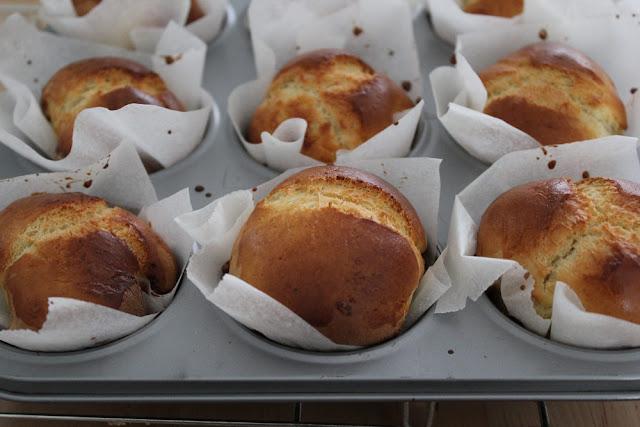 frisch gebackene Brioche aus einfachem Hefeteig in einem Muffinblech gebacken