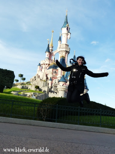 Nephilia jumpt vorm Schloss