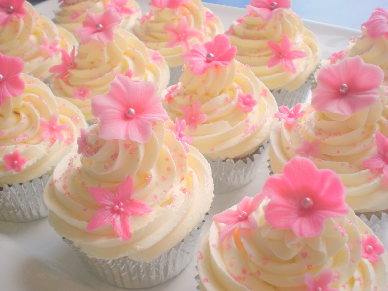 Cupcakes+-+Vanilla+with+Pink+Flowers+03.jpg