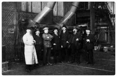 Die Bauleitung des Kraftwerkes Afferde am 7. 10. 1913, dem Tag der Inbetriebnahme, vor dem Kessel 1.