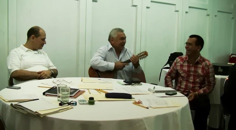 Los maestros Giovanni Sciortino, Cheo Hurtado, y Máximo Berríos durante encuentro de bandola
