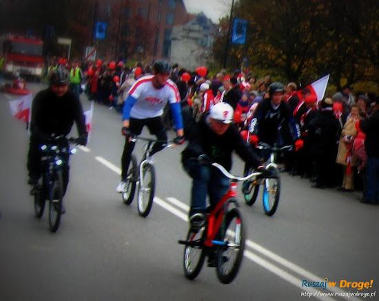 rowerzyści na paradzie dnia niepodległości