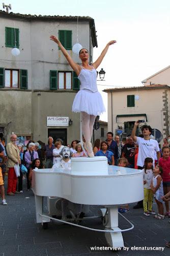 teatro nel bicchiere, scansano, arte maremma, maremma, estate maremma, teatro maremma, street performance