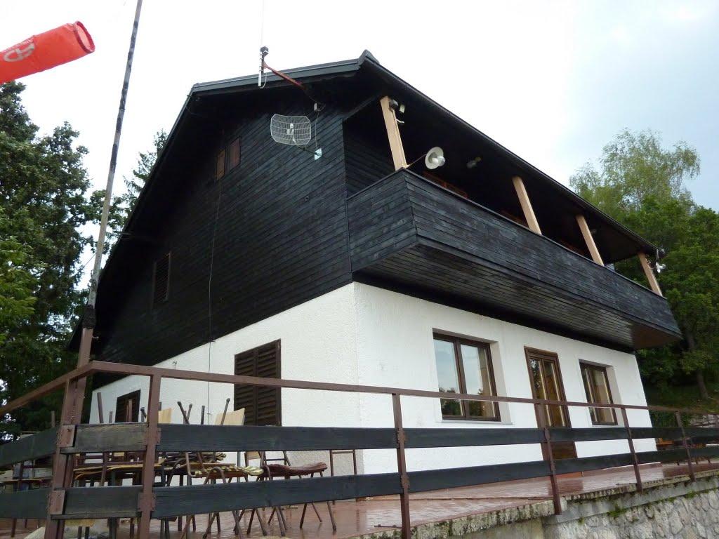 Obojana drvena oplata planinarskog doma Žitnica na Japetiću