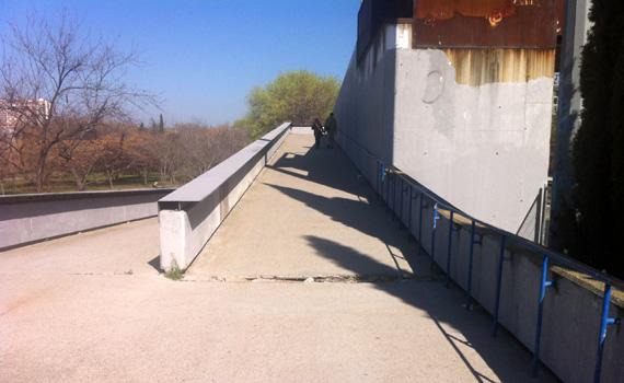 Agujero peligroso en la pasarela que cruza de la ermita de San Antonio de la Florida al Parque del Oeste