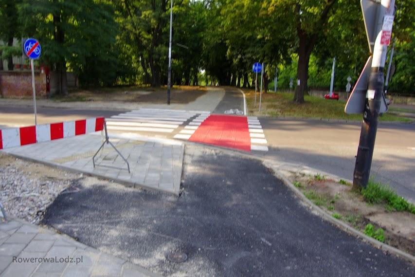Przy ul. Kniaziewicza nie ukończono jeszcze wylewać asfalt.