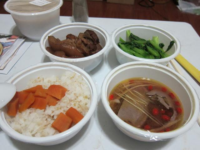 地瓜飯、苦油薑絲豬心(含枸杞)、醬滷豬腳、炒青菜