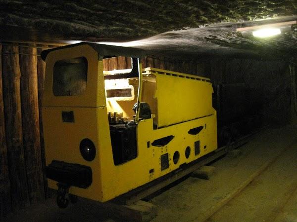 żółty podziemny wagonik - żeby górnikom było weselej!
