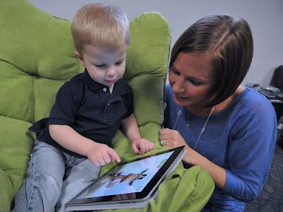 xiquet amb tableta