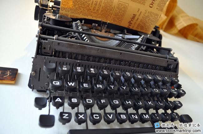 Butter巴特早午餐牆面上的老式打字機