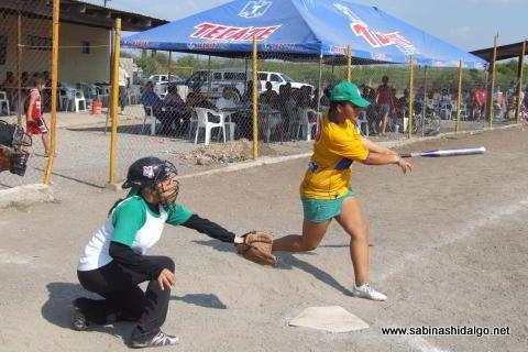 Sara Alba bateando por Pajaritas en el softbol femenil