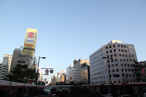西日本鉄道「福岡オープントップバス」 赤塗装 車窓 天神中心街走行中