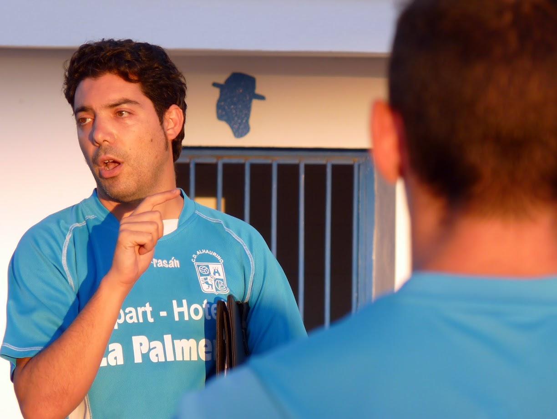 """Lázaro Criado, entrenador del Juvenil """"A"""" explica a sus jugadores la táctica en un entrenamiento"""