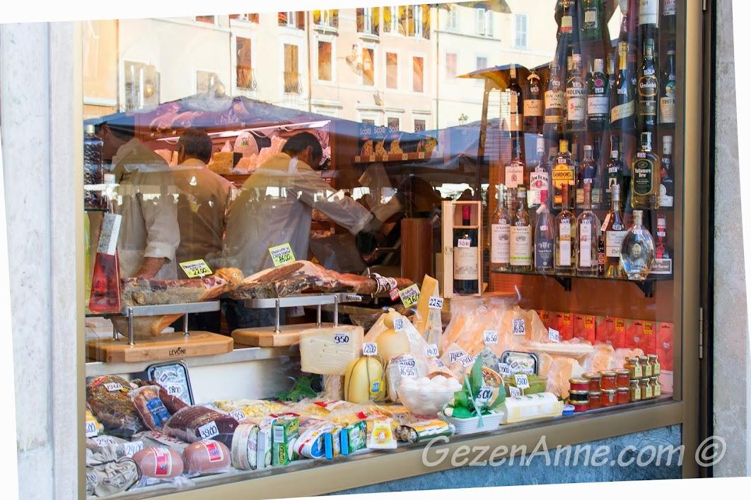 Roma'da şarküteri dükkanı