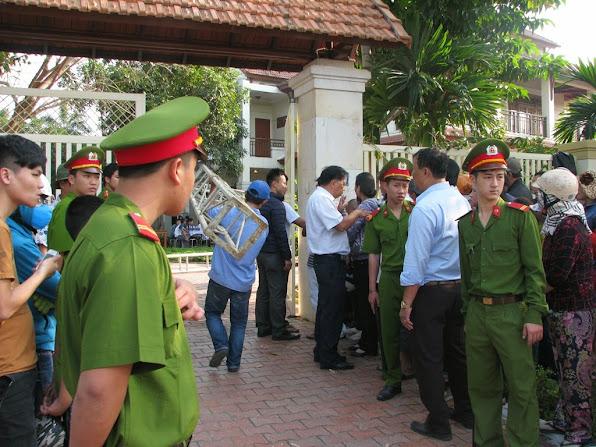 Lực lượng công an có mặt tại nhà ông Thanh để đảm bảo an ninh trật tự