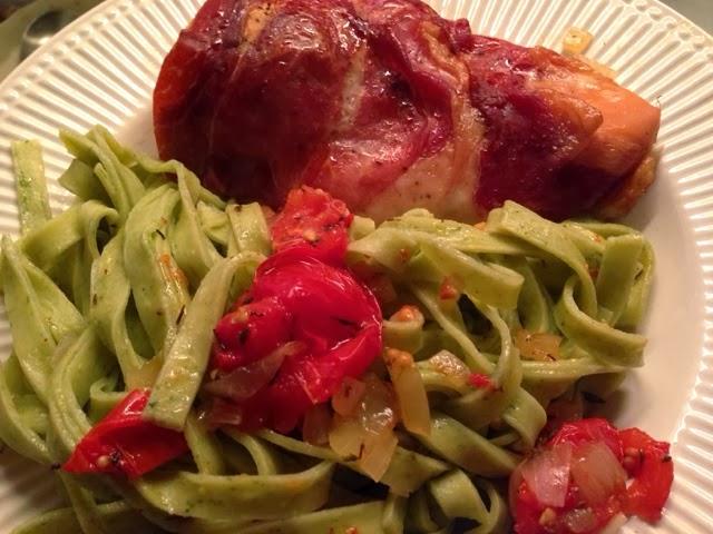 Sommerfuglen: Kylling med parmaskinke, bagt tomatsalat og pasta