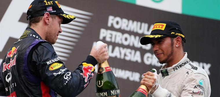 Sebastian Vettel y Lewis Hamilton en el podio del GP de Malasia 2013