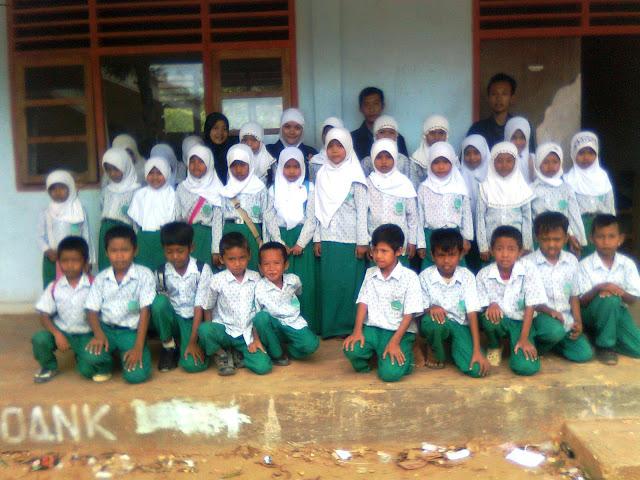 foto bareng di madrasah Kelompok dua desa di sana laok waru pamekasan