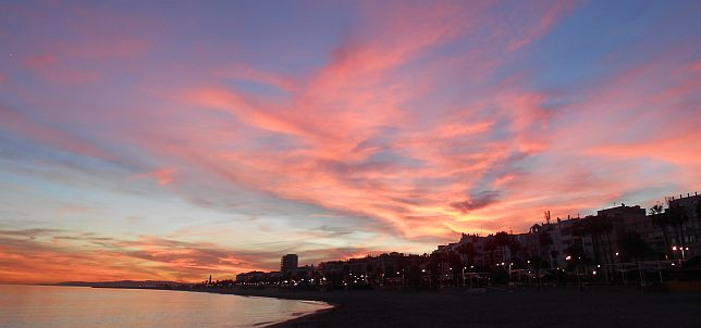 November-Sonnenuntergang am Strand von Estepona, Andalusien