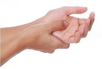 Đau gốc ngón phía lòng bàn tay là biểu hiện thường gặp của ngón tay bật