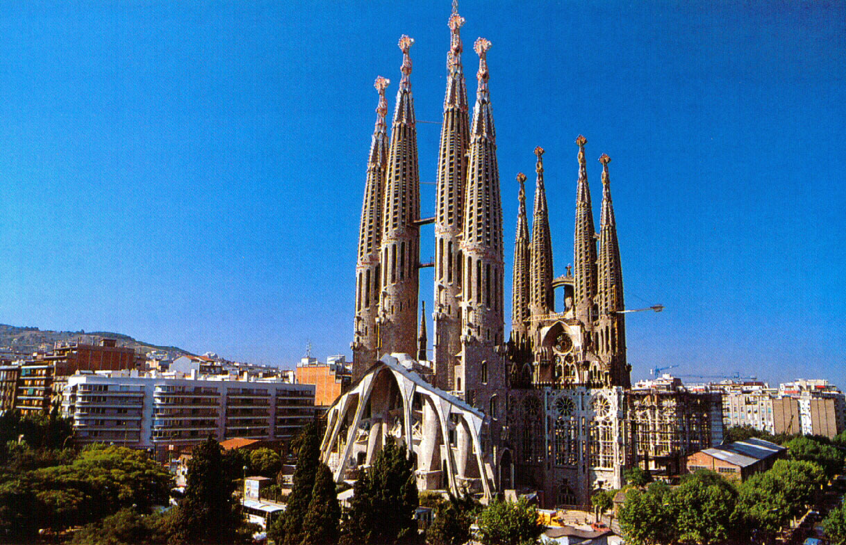 Lifestyle cafe most beautiful buildings in the world for Familia barcelona