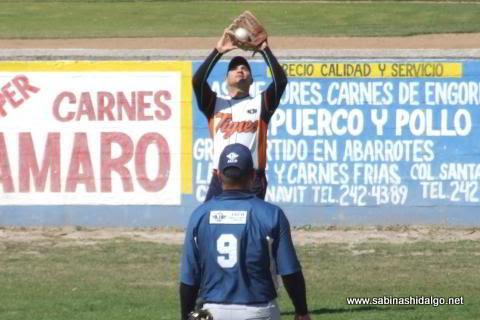 Jesús Guadiana de Tigres en el softbol dominical